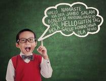 Skolpojken lär universellt språk royaltyfri foto