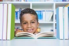 Skolpojkesammanträde på tabellen och läseboken i arkiv Arkivfoto