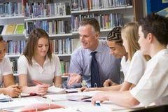 skolungdom som studerar lärare Arkivbilder