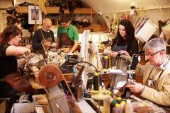 Skomakare som arbetar i ett upptaget seminarium arkivfoto