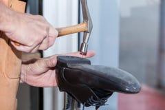 Skomakaren reparerar en sko Royaltyfri Fotografi