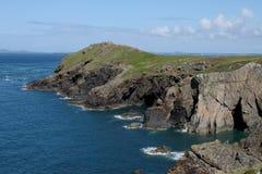 Skomer海岛看法从Pembrokeshire陆岬的 免版税库存照片