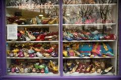 Skon shoppar fönstret Arkivbild