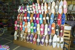 Skon shoppar mycket av läderfärgskor på marknaden Tangier, Morocc Royaltyfria Bilder
