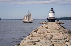 Skonaren förbigår Maine Lighthouse Arkivbild