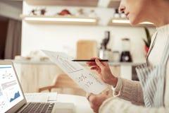 Skoncentrowana biznesowa kobieta pracuje na rozwoju jej kawiarnia obrazy stock