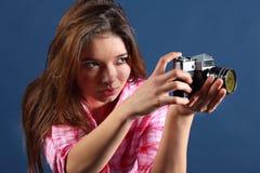 Skoncentrowana dziewczyna trzyma starą kamerę zdjęcia stock
