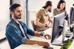 Skoncentrowana męska osoba pracuje na projekcie obraz stock