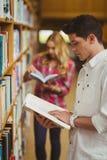 Skoncentrowana męskiego ucznia czytelnicza książka Obrazy Royalty Free