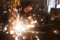Skoncentrowanego blacksmith metalu tnący bar fotografia royalty free