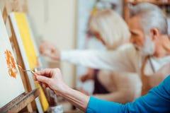 Skoncentrowani artyści pracuje wpólnie w obrazu studiu zdjęcie royalty free