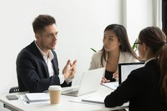 Skoncentrowani coworkers dyskutuje firm strategie biznesowe Obraz Royalty Free