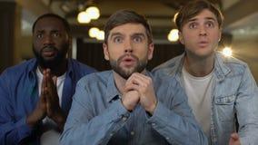 Skoncentrowani faceci ogląda grę, świętuje cel wpólnie, podniecenie, sukces zbiory