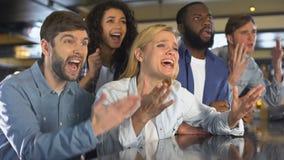Skoncentrowani młodzi ludzie krzyżuje palce dla faworyt drużyny zwycięstwa wydarzenia sportowego zbiory wideo