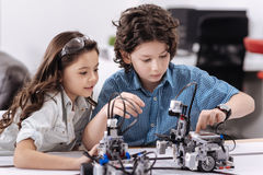 Skoncentrowani mali naukowowie cieszy się techniki lekcję przy szkołą Obraz Stock