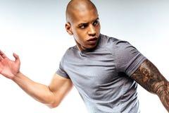 Skoncentrowany śmiały mięśniowy mężczyzna robi sportów exersises zdjęcie stock