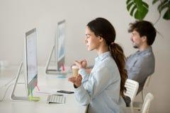 Skoncentrowany żeński pracownik medytuje przy miejscem pracy zdjęcie stock