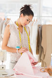 Skoncentrowany żeński projektant mody przy pracą Fotografia Stock