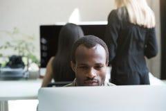 Skoncentrowany afro amerykański biznesmena działanie obraz stock