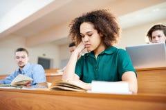 Skoncentrowany afroamerykański studencki czytelniczy podręcznik fotografia royalty free
