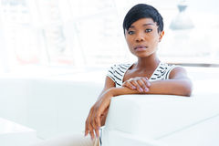 Skoncentrowany afrykański młoda kobieta księgowego obsiadanie w biurze obraz royalty free