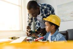 skoncentrowany amerykanin afrykańskiego pochodzenia ojciec, syn i obrazy stock