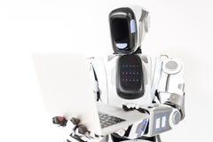Skoncentrowany android trzyma gadżet Fotografia Stock