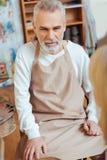 Skoncentrowany artysta jest ubranym mundur w obraz klasie obrazy stock