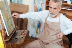Skoncentrowany artysta maluje obrazek fotografia royalty free