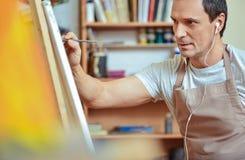 Skoncentrowany artysty obrazu obrazek na kanwie obraz royalty free