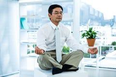 Skoncentrowany azjatykci biznesmena relaksować Fotografia Stock