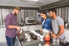 Skoncentrowany barista robi wyśmienicie kawie fotografia royalty free