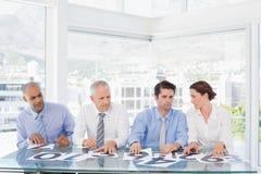 Skoncentrowany biznes drużyny obsiadanie z ich głosowaniem na biurku obraz royalty free