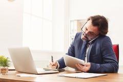 Skoncentrowany biznesmen opowiada na telefonie komórkowym fotografia royalty free
