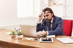 Skoncentrowany biznesmen pracuje z laptopem zdjęcia stock