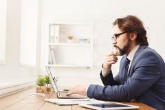 Skoncentrowany biznesmen pracuje z laptopem zdjęcia royalty free