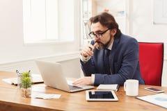 Skoncentrowany biznesmen pracuje z laptopem zdjęcie royalty free