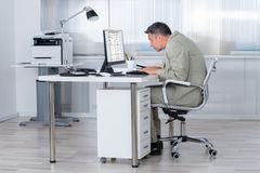 Skoncentrowany biznesmen Używa komputer Przy biurkiem obraz stock