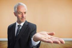 Skoncentrowany biznesmen z palmą up Zdjęcia Stock