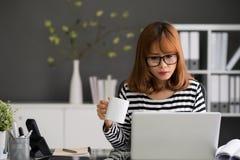Skoncentrowany bizneswoman zdjęcia stock