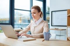 Skoncentrowany bizneswoman pracuje z laptopem obraz royalty free