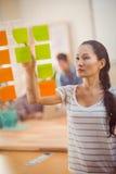 Skoncentrowany bizneswoman wskazujący poczta swój dalej ściana fotografia stock