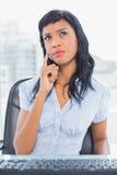 Skoncentrowany bizneswomanu główkowanie i patrzeć daleko od fotografia stock