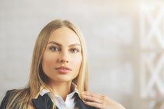 Skoncentrowany bizneswomanu portret zdjęcia stock