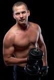 Skoncentrowany bodybuilder w szkoleniu z dumbbells Obrazy Royalty Free