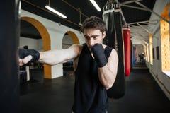 Skoncentrowany bokser robi trenować z punchbag zdjęcie royalty free