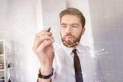 Skoncentrowany brodaty biznesmen w koszulowym macanie ekranu interfejsie zdjęcie stock