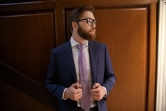 Skoncentrowany brodaty młody biznesmen obrazy royalty free