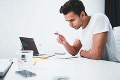 Skoncentrowany budynku projektant pracuje z rysunku competer i planem podczas gdy siedzący stołem przy pracownianym biurem obraz stock