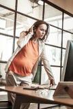 Skoncentrowany ciężarny urzędnik obserwuje informację na ekranie obrazy stock